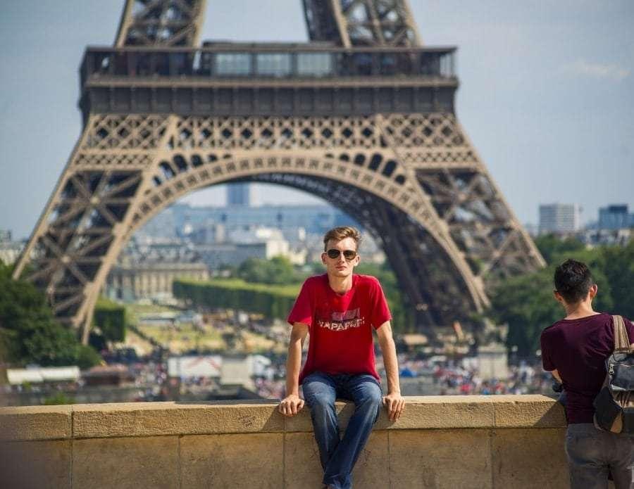 Фото на фоне Эйфелевой башни