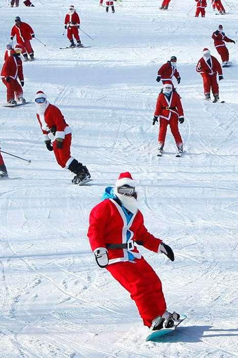 Деды морозы катаются на сноубордах