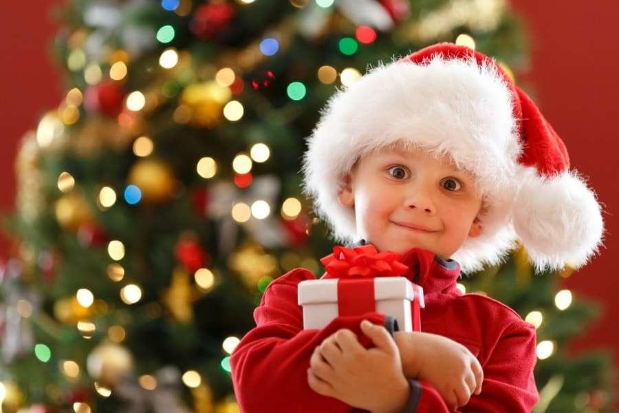 Ребенок с новогодним подарком