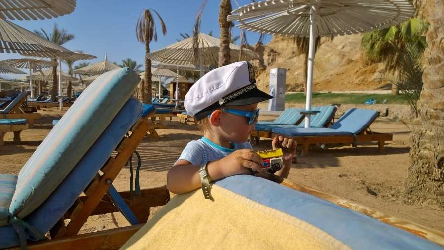 Ребенок с игрушкой на пляже