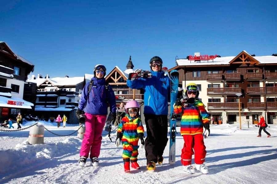 Семья на горнолыжном курорте в Финляндии