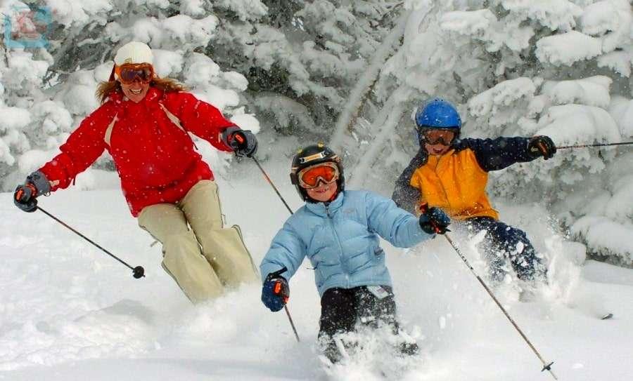 Женщина с детьми на лыжах в Финляндии