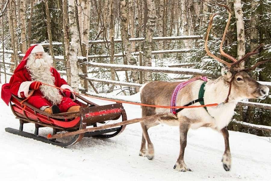 Санта Клаус в оленьей упряжке