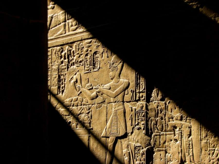 Рельефы на стенах храма