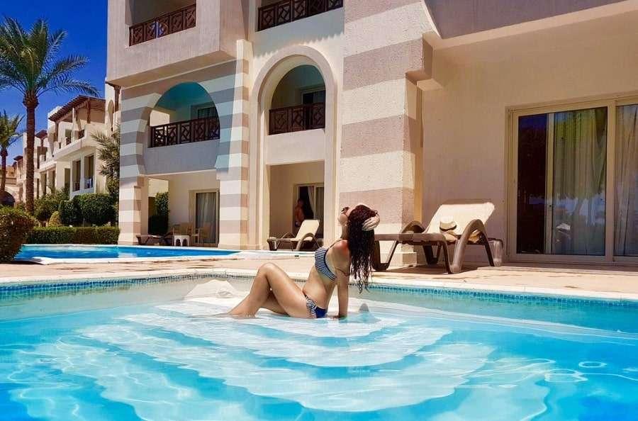 Девушка отдыхает в отеле Rehana Royal Beach Resort & Spa 5*