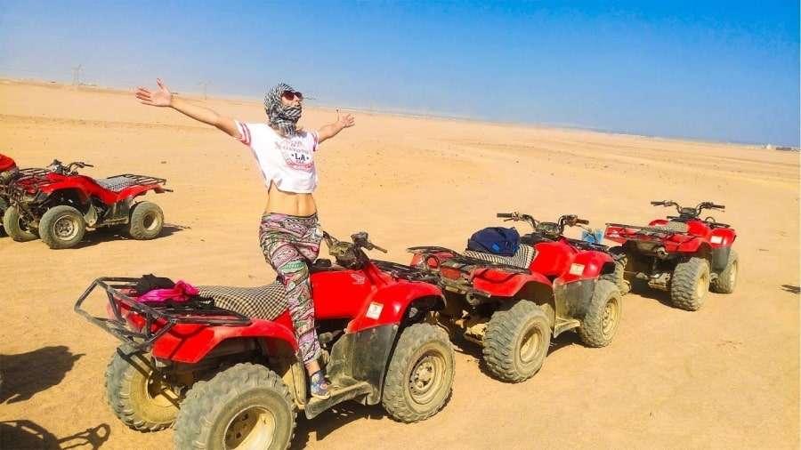 Девушка на экскурсии по пустыне