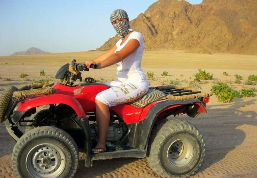 Девушка на квадроцикле в пустыне Египта