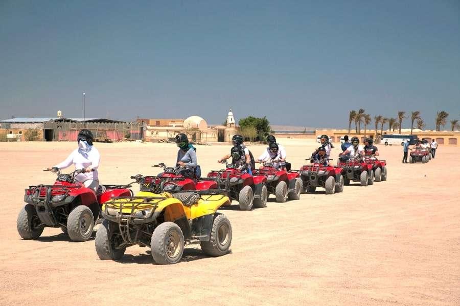 Группа туристов на квадроциклах