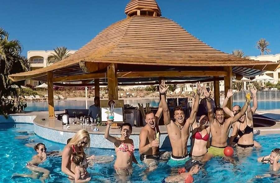 Туристы в бассейне отеля Cleopatra Luxury Resort