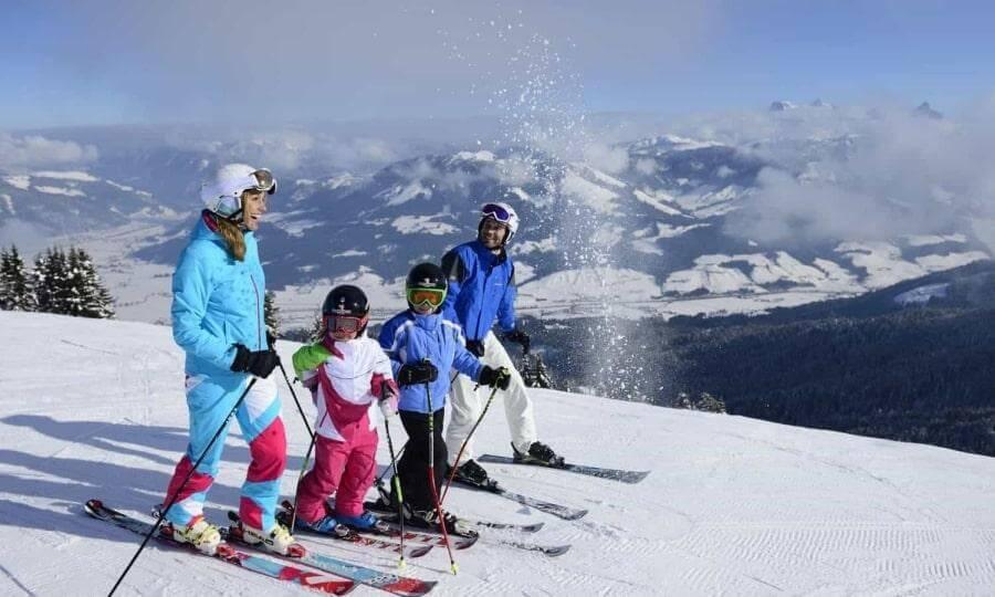 Семья с детьми в горах Австрии