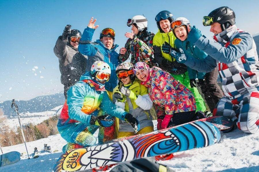 Группа сноубордистов