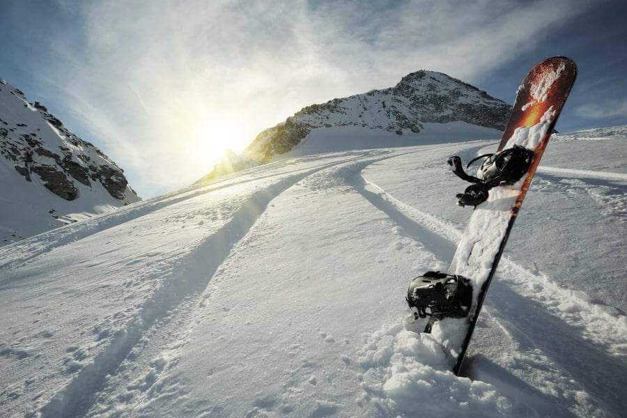 Сноуборд в снегу